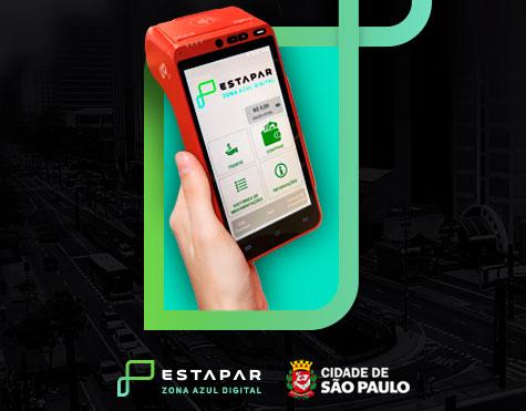 Mão segurando uma maquininha de cartão de crédito vermelha, com a tela do sistema de PDVs de comércios para a Estapar Nova Zona Azul da cidade de São Paulo